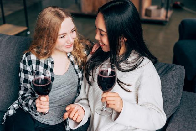 Amies buvant du vin rouge