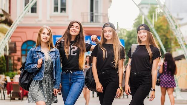 Amies debout sur la rue