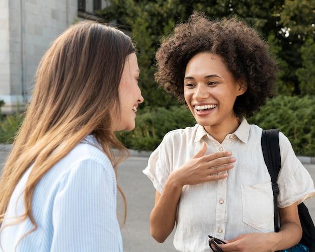 Amies discutant à l'extérieur