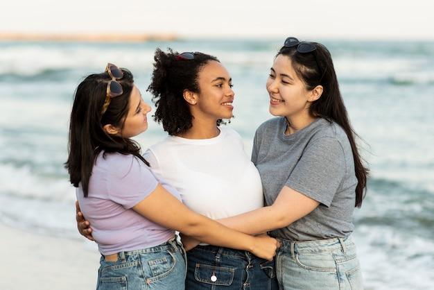 Amies embrassées sur la plage