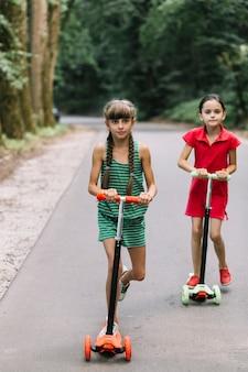Amies, équitation, scooter, sur, route
