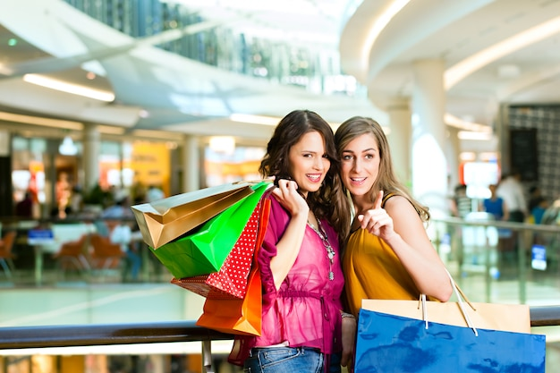 Amies faire du shopping dans un centre commercial