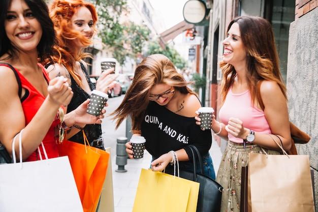 Des amies féminines riantes avec du café