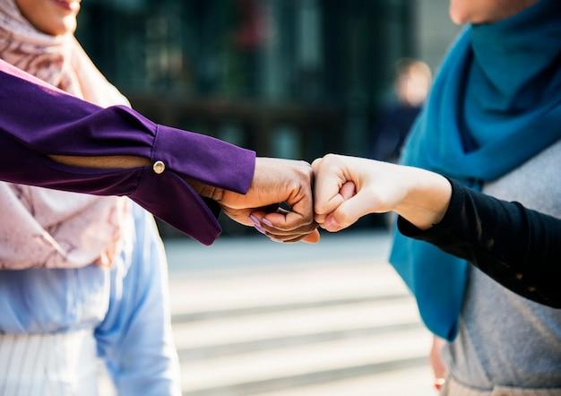 Les amies des femmes islamiques donnent un coup de poing