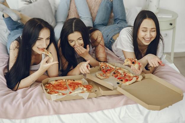 Amies filles ont une soirée pyjama à la maison
