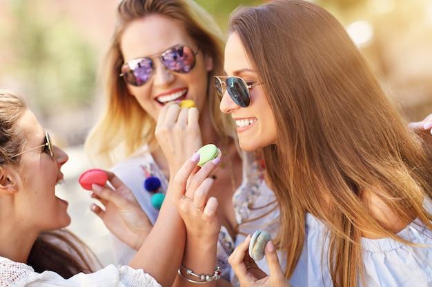 Amies heureuses traînant dans la ville en été