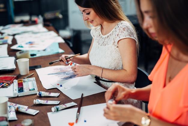 Amies participant ensemble à un atelier de peinture