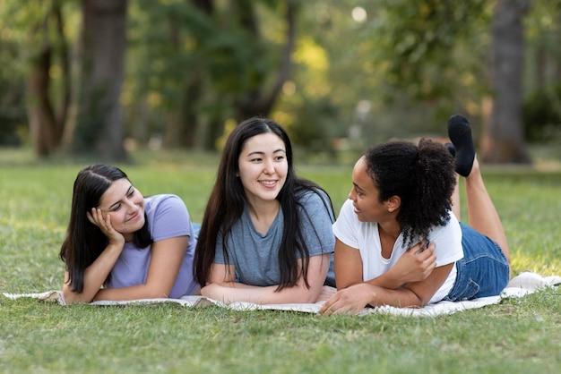 Amies s'amusant au parc ensemble