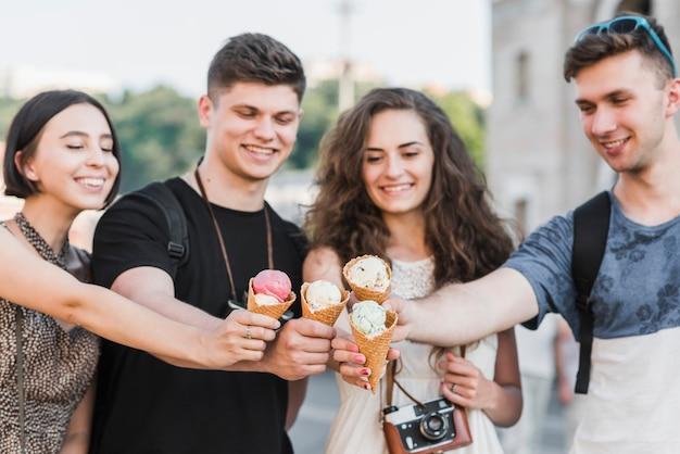 Amis acclamant avec de la crème glacée