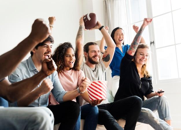 Amis acclamant la ligue de sport ensemble
