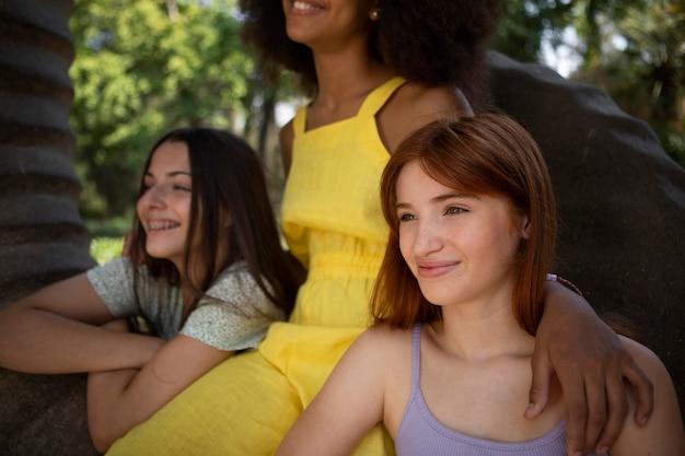Amis adolescents passant du temps ensemble