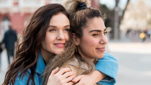 Amis adolescents posant ensemble à l'extérieur