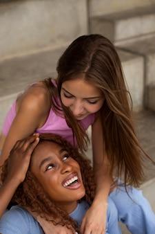 Amis adolescents s'amusant ensemble à l'extérieur