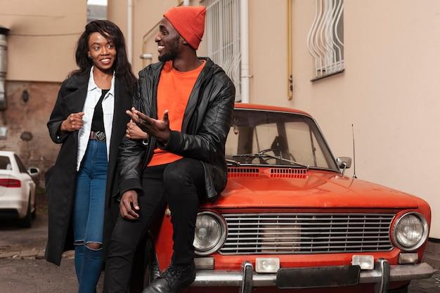 Amis afro-américains à l'extérieur plan moyen