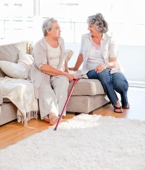 Amis d'âge mûr parler sur le canapé