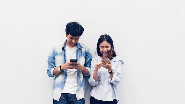 Amis à l'aide d'un smartphone, pendant les loisirs. le concept d'utilisation du téléphone est essentiel dans la vie quotidienne.
