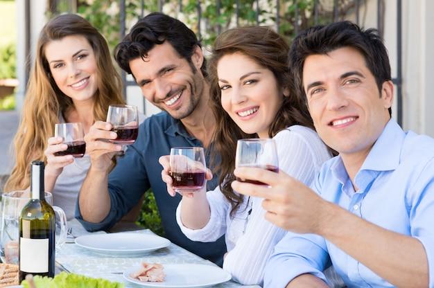 Amis applaudissant avec des verres à vin