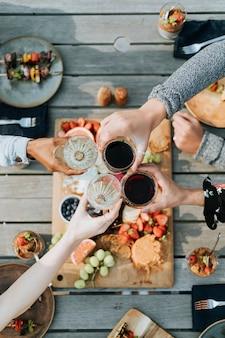 Amis applaudissant avec des verres de vin