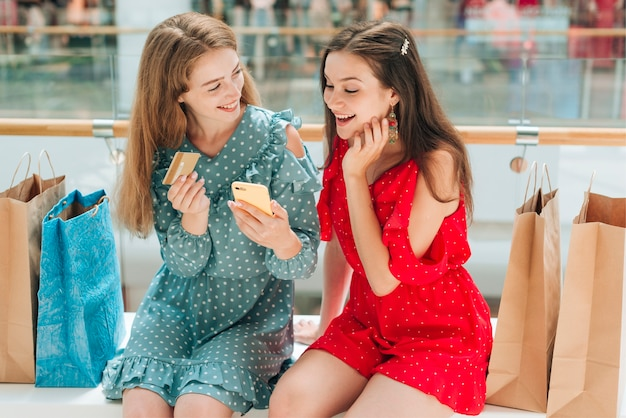 Amis assis et discutant au centre commercial