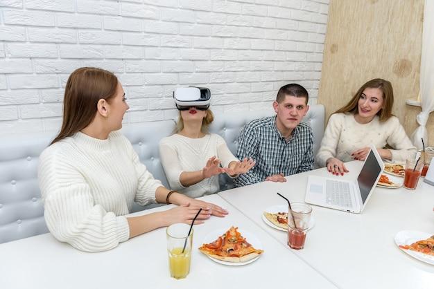 Amis au café se moquant avec des lunettes virtuelles