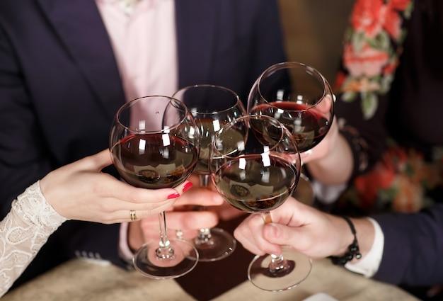 Amis au restaurant boire du vin.