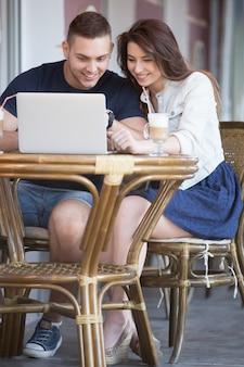 Amis avoir du plaisir avec un ordinateur portable