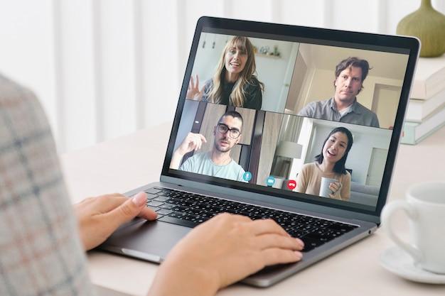 Amis ayant un appel vidéo pendant la pandémie de coronavirus