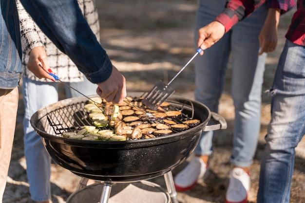 Amis ayant un barbecue en plein air