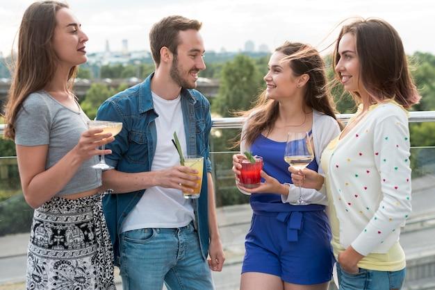 Amis ayant une conversation lors d'une fête