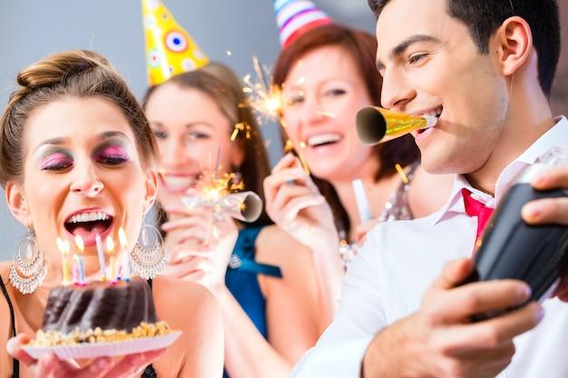 Amis ayant une fête d'anniversaire
