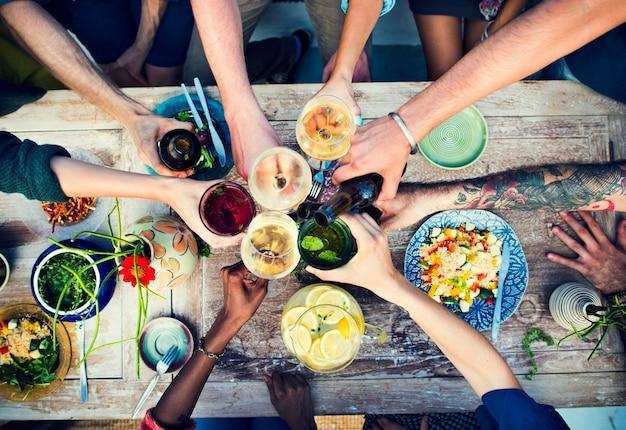Amis ayant une fête d'été