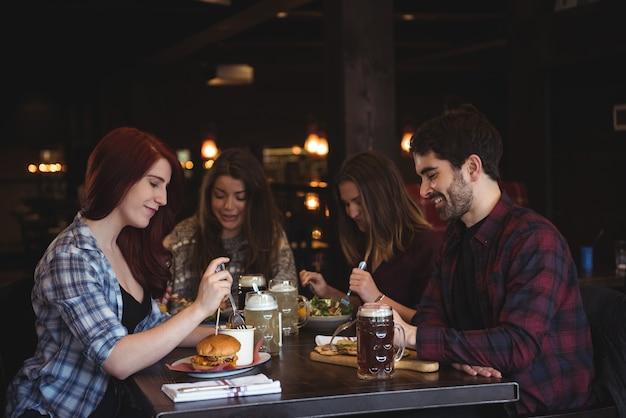Amis ayant de la nourriture au bar
