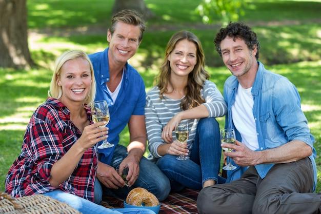 Amis ayant un pique-nique avec du vin