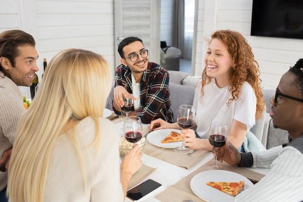 Amis ayant un repas ensemble