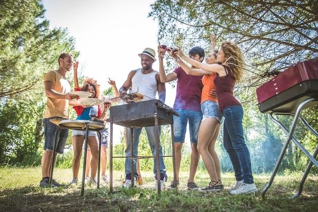 Amis à un barbecue