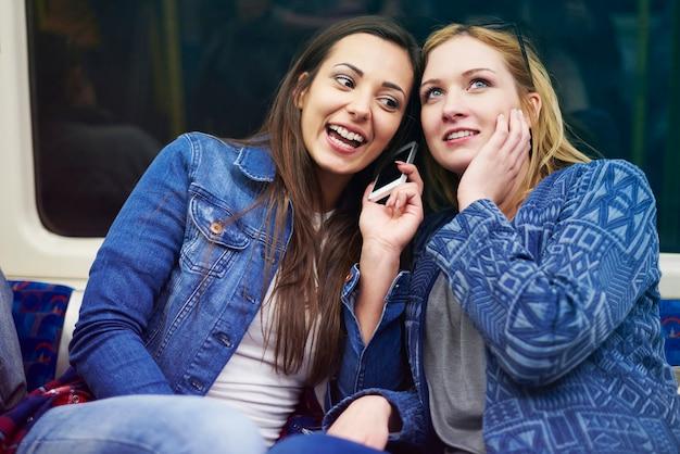 Amis bavardant dans le métro