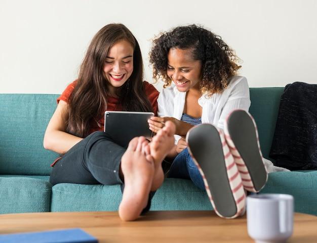 Amis bavardant ensemble sur le canapé