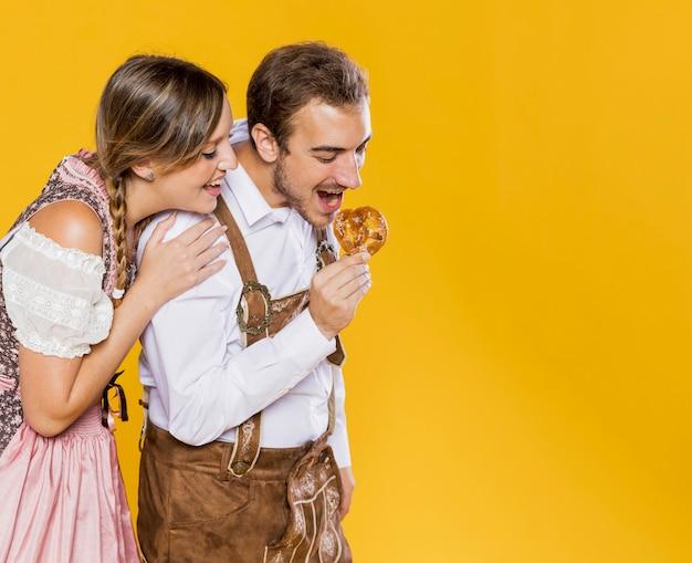 Amis bavarois essayant un bretzel