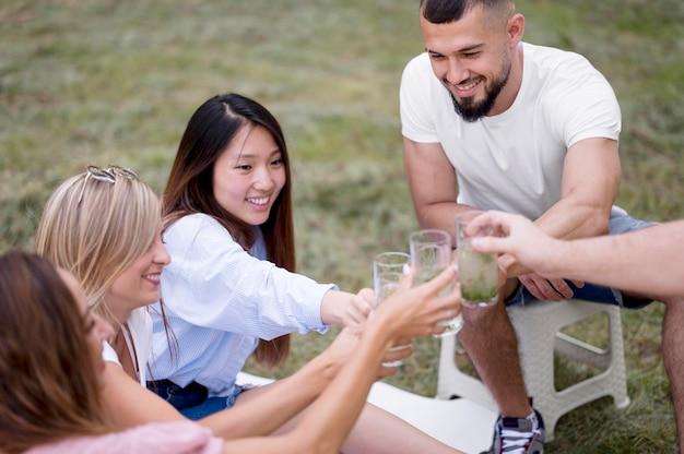 Amis bénéficiant d'un verre de limonade ensemble en plein air