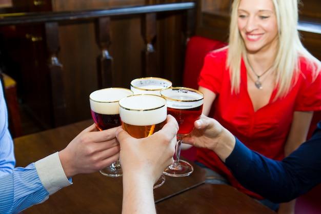 Amis avec de la bière dans un pub