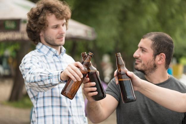 Amis, boire de la bière sur la plage