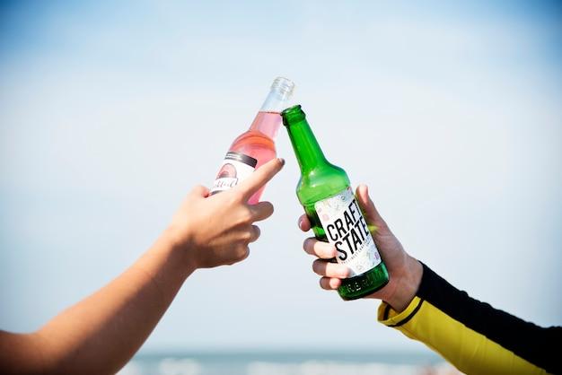 Amis, boire un verre à la plage