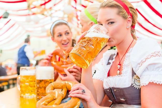 Amis buvant de la bière bavaroise à l'oktoberfest