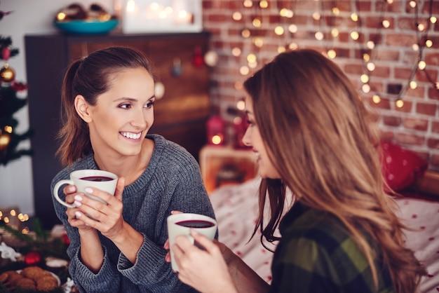Amis buvant du thé et bavardant