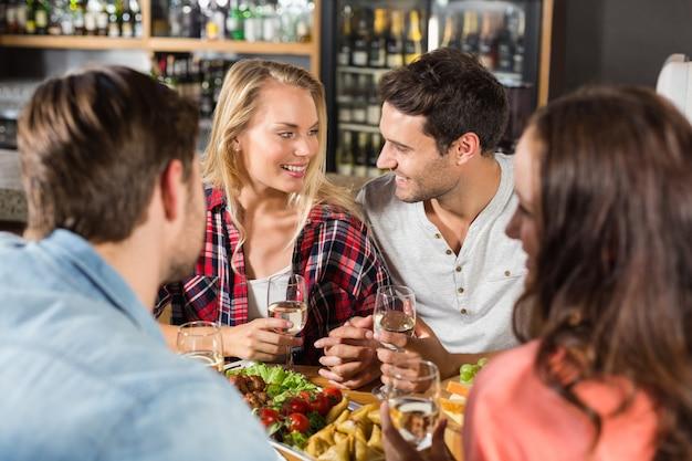 Amis buvant du vin blanc