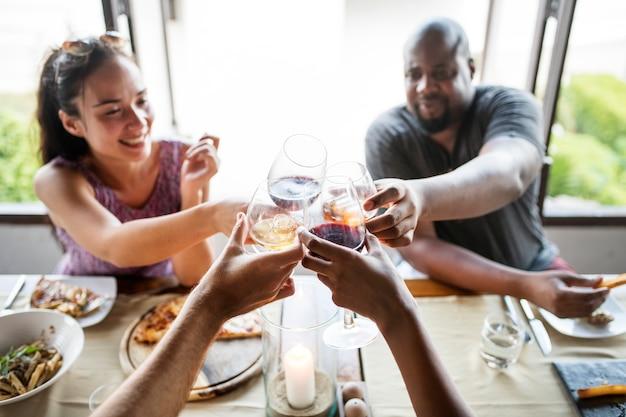 Amis buvant du vin dans un restaurant