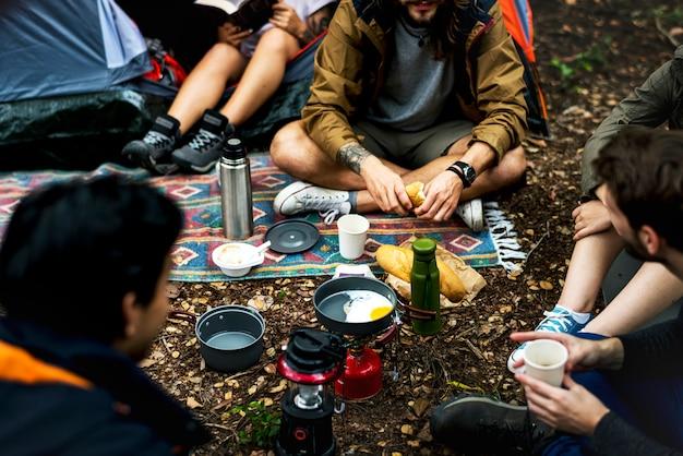 Amis campant dans la forêt ensemble