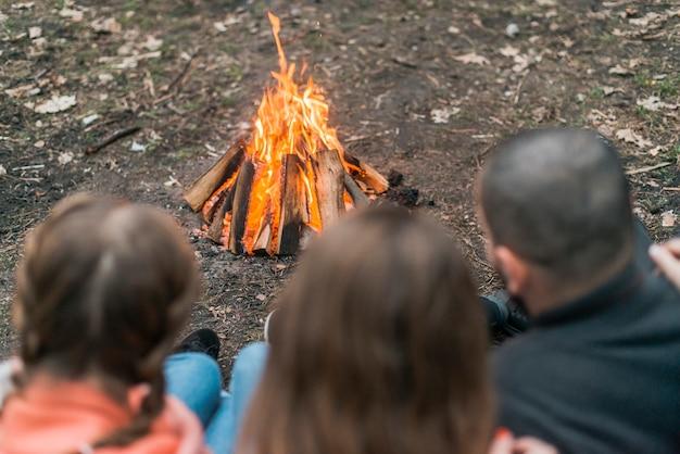Amis camping avec feu de joie