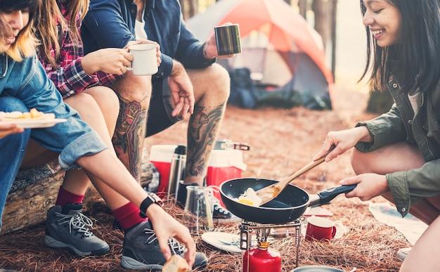 Amis, camping, manger, concept nourriture