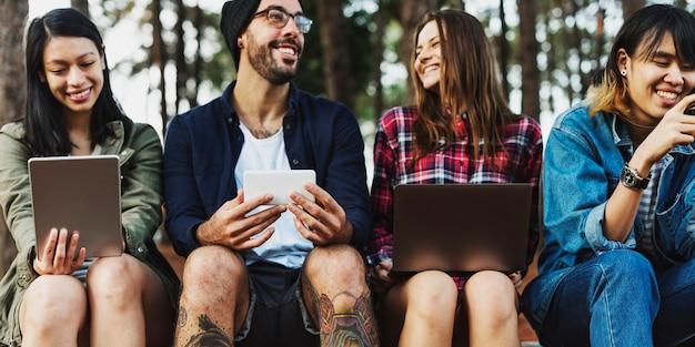 Amis camping en plein air technologie concpt